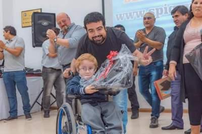 Facundo Aveiro premia el esfuerzo de los hijos de los trabajadores químicos.